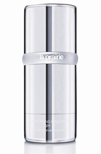 O protetor Anti-aging Emulsion SPF 30, da marca La Prairie, promete uma barreira diária contra os agressores ambientais, estimulando a produção de colágeno e prevenindo contra a perda da hidratação. Preço sugerido: R$ 716. SAC: www.laprairie.com.br