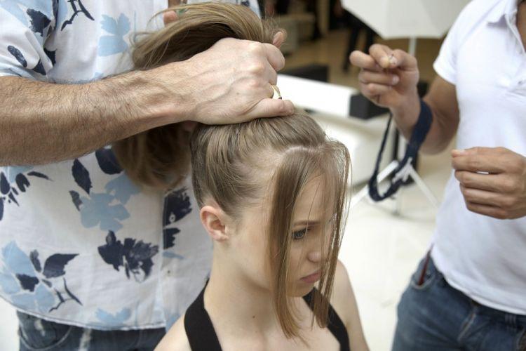 Alto simplesSepare a franja do restante do cabelo. Se o corte for estilo fio reto, separe uma mecha na parte da frente. Junte os cabelos formando um rabo de cavalo alto, mas sem usar pente ou escova, só com as mãos.