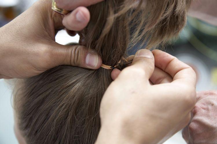 Alto simplesDepois de prender o cabelo com uma volta de elástico fixe o outro grampo para finalizar. Assim não estraga os fios