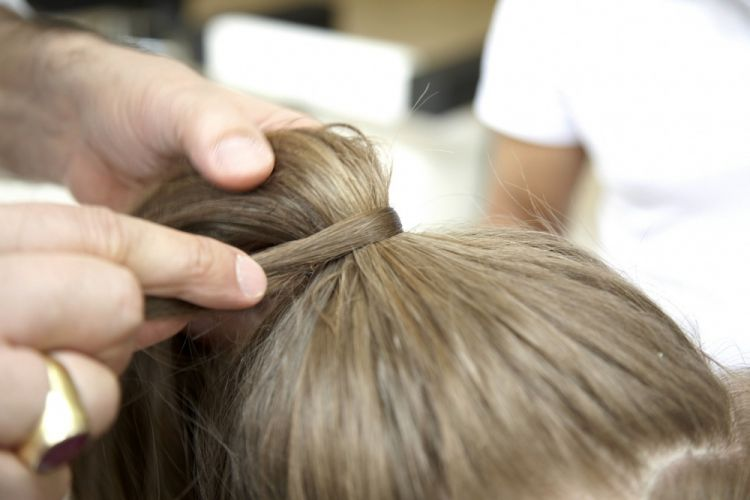 Alto simplesCubra o elástico com uma mecha fina de cabelo presa com um grampo invisível