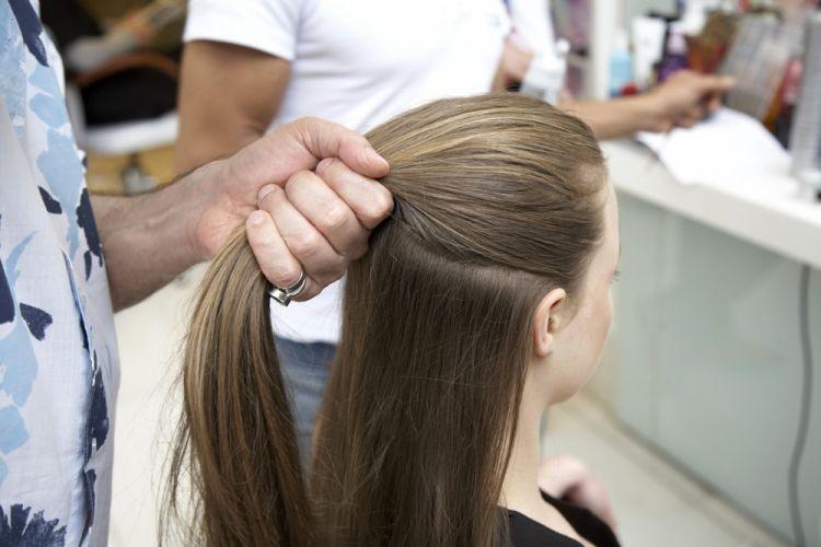 Com coque e tiaraCom os fios bem escovados, separe uma porção de cabelos, em todo o topo da cabeça