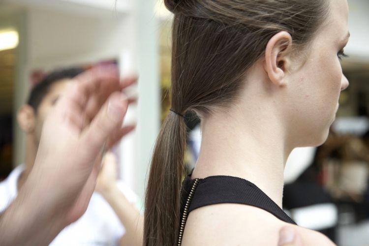 Com coque e tiaraCom o restante do cabelo faça um rabo de cavalo baixo na altura da nuca