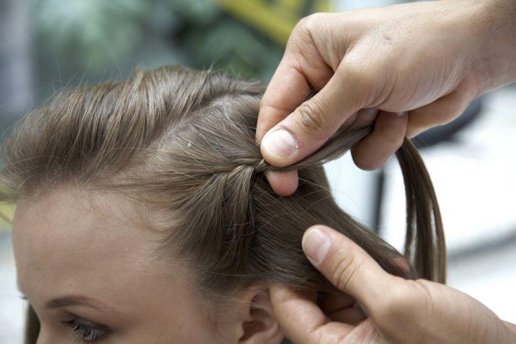 Alto com trancinhas lateraisCom uma das mechas laterais faça uma trança embutida bem firme partindo da parte da frente da cabeça.