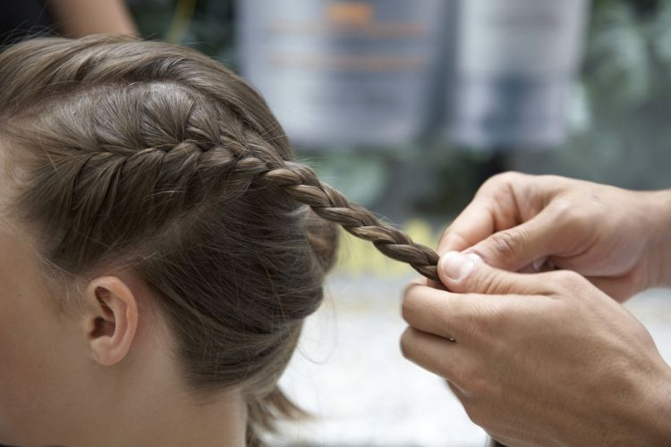 Alto com trancinhas lateraisÀ medida que a trança vai se formando ela deixa de ficar rente ao couro cabeludo e fica soltinha