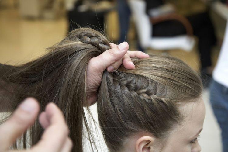 Alto com trancinhas lateraisSem usar pente ou escova faça um rabo de cavalo alto unindo as tranças e os cabelos que estavam soltos