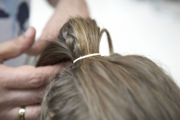 Alto com trancinhas lateraisPrenda o rabo de cavalo com aquele truque do elástico - estique um elástico e coloque um grampo em cada extremidade. Fixe um dos grampos na base do rabo de cavalo, dê uma volta com o elástico para prender o cabelo e fixe o outro grampo para finalizar. Assim não estraga os fios
