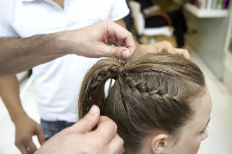 Alto com trancinhas lateraisCubra o elástico com uma mecha fina de cabelo e prenda com um grampo invisível