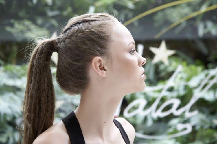 Alto com trancinhas lateraisPor este ângulo é possível ver como o penteado fica de lado. Um charme e dispensa acessórios