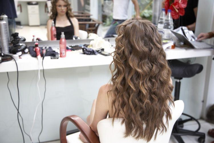 Lateral simples com os fios texturizadosFaça babyliss no cabelo inteiro, aplicando um pingo de spray térmico em cada mecha antes de modelar