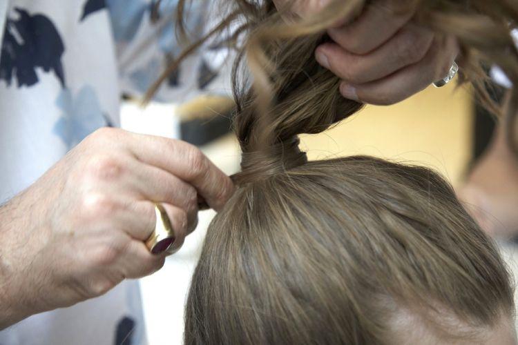 Alto texturizado com fivelaPrenda o rabo de cavalo com aquele truque do elástico - estique um elástico e coloque um grampo em cada extremidade. Fixe um dos grampos na base do rabo de cavalo, dê uma volta com o elástico para prender o cabelo e fixe o outro grampo para finalizar. E cubra o elástico com uma mecha de cabelo fininha