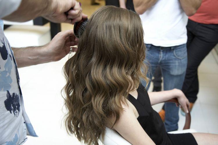 Lateral com ondasEscove os cabelos texturizados para deixar as ondas mais sutis