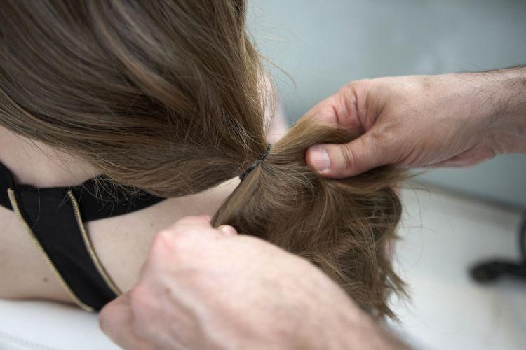 Lateral com ondasSepare uma mecha de cabelo na frente e prenda fazendo um rabo de cavalo lateral baixo bem fofo