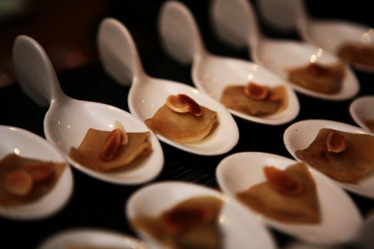 O menu degustação continua a fazer sucesso nos casamentos. Na foto, aperitivo criado pela Divani & Fusco, apresentado no Spicy Wedding Day