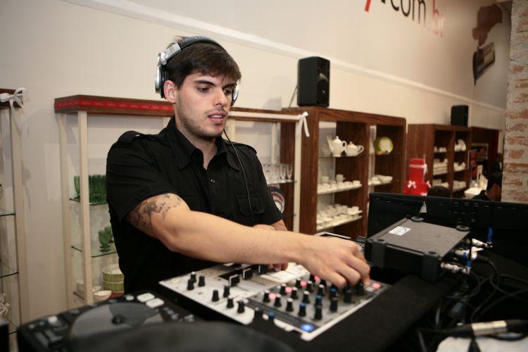 O DJ Juilano apresenta seleção de múisicas para animar a festa de casamento dos casais que visitam o 19ª Wedding Day (18/11/2010)