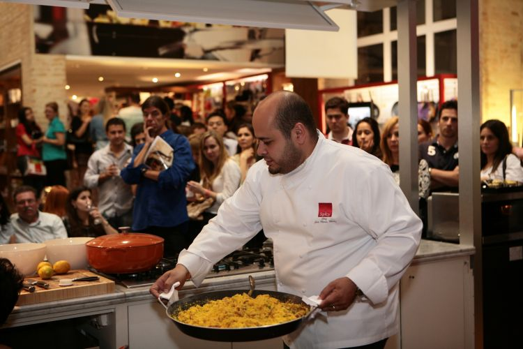 O chef José Maria Meira, consultor gastronômico da Spicy, ensinou receita aos noivos presentes no evento. A entrada no Wedding Day da loja de utensílios é feita mediante inscrição prévia (18/11/2010)