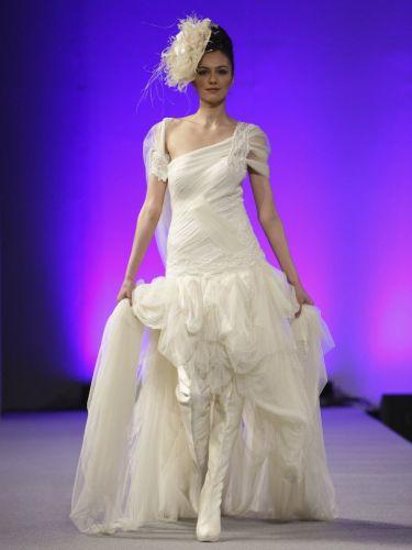 Botas que cobrem as pernas da modelo e se confundem com o vestido impressionam no desfile da estilista espanhola Isabel Zapardiez, que apresentou sua coleção de trajes para noivas na