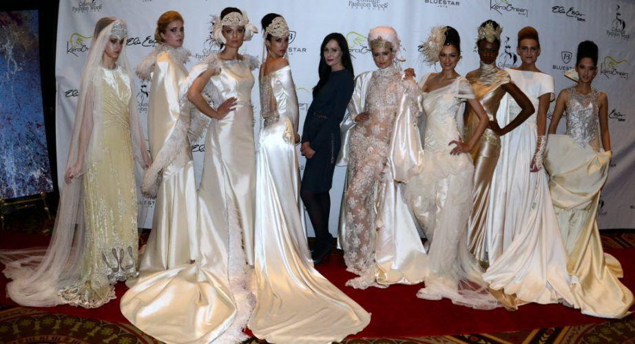 De preto, a estilista espanhola Isabel Zapardiez, acompanhada das modelos que apresentaram sua coleção de vestidos de noiva na