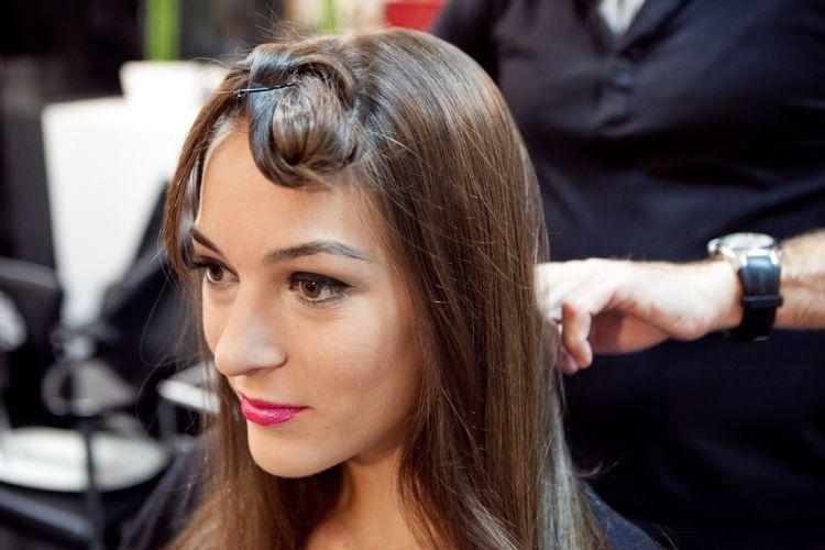 Começando pelo penteado com véu longo, faça uma escova lisa em todo o cabelo e separe a franja