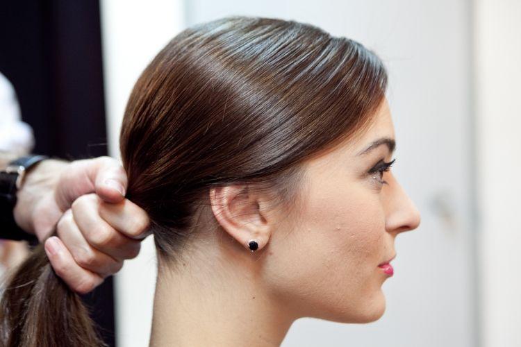 Coloque a franja inteira de lado e penteie todo o cabelo para trás