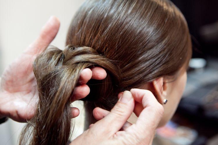 Eleve o começo da trança e prenda-o com grampos na raiz do cabelo, por cima de onde o elástico foi amarrado