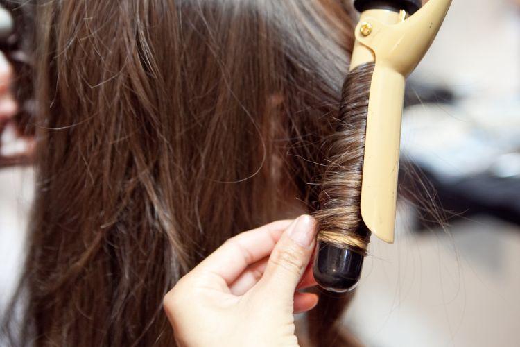 Enrole as pontas do cabelo com um modelador para deixá-las delicadamente mais cacheadas