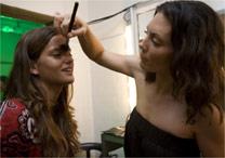 A maquiadora Tiffany Johnston em ação no SPFW