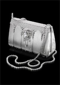 Criada pelo designer japonês Ginza Tanaka, a bolsa é cravejada com mais de 2 mil diamantes - BBC