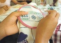 Bordados são ensinados às meninas nas escolas - Tuca Vieira/Folha Imagem