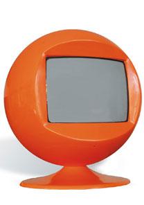 TV laranja da Desmobília é um dos objetos supercoloridos para decorar a casa - Divulgação