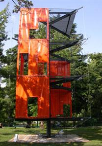 A torre alta de quase dez metros do arquiteto Massimiliano Fuksas, chama-se Deep Purple - Guilherme Aquino/BBC Brasil