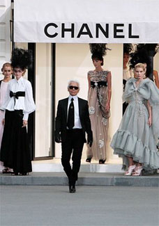 No desfile da Chanel (foto), celebridades entraram por um acesso especial, frustrando paparazzi