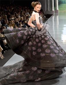 Dior desfila coleção de alta-costura assinada por Galliano, no 1º dia do evento, em Paris - Reuters