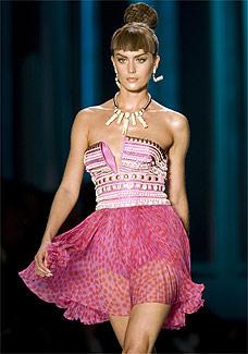 Modelo desfila look de Christian Dior - Reuters