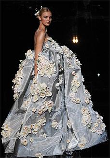 Modelo desfila look da coleção Verão 2008 da grife Dolce & Gabbana - AFP