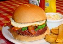 Hambúrguer do St. Louis é servido com ovo, bacon e espinafre - Divulgação