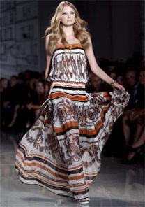 Look desfilado pela Gucci, na comemoração dos 70 anos da loja - EFE