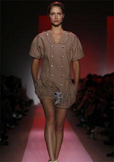 Modelo apresenta, em NY, a coleção Verão/09 de Alexandre Herchcovitch