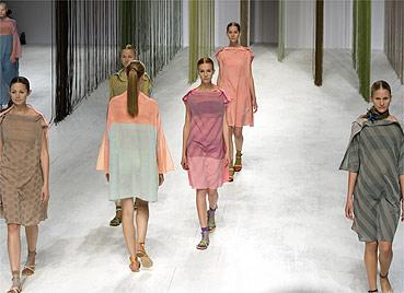 Modelos desfilam looks da coleção Verão 2009 de Issey Miyake - Reuters