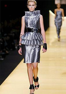Modelo desfila look do estilista Karl Lagerfeld para o Verão 2009 - EFE