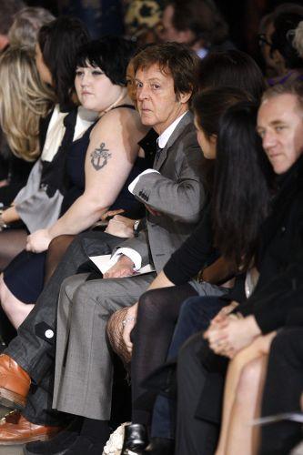 Na primeira fila do desfile de Stella McCartney, o músico e pai da estilista, Paul McCartney, e a cantora Beth Ditto, vocalista da banda The Gossip (9/3)