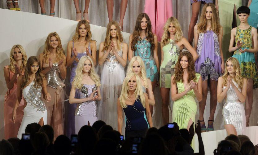 A estilista Donatella Versace posa junto às modelos ao final do desfile de verão da Versace, no terceiro dia da semana de Milão 25/09/2009)