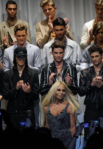A estilista italiana Donatella Versace recebe os aplausos após o desfile da coleção Primavera-Verão 2010 durante a Semana de Moda de Milão, temporada masculina (21/06/2009)