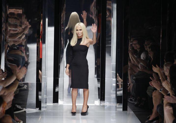 A estilista Donatella Versace ao fim do desfile da Versace para o Verão 2011 no terceiro dia da semana de moda de Milão (24/09/2010)