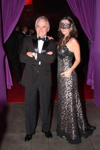 O apresentador Otávio Mesquita chega ao Baile de Carnaval da Vogue em companhia da mulher, Melissa Wilmann, na noite de sexta-feira, em São Paulo (25/02/2011)