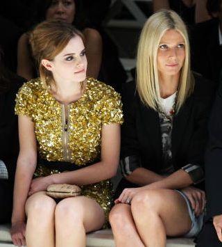 A atrizes Emma Watson e Gwyneth Paltrow assistem ao desfile de verão da Burberry (22/09/2009)