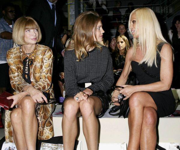 Anna Wintour (esq.), editora da Vogue americana, a modelo russa Natalia Vodianova e a estilista italiana Donatella Versace assistem ao desfile de Christopher Kane; o estilista inglês assinará a próxima coleção da marca Versus,