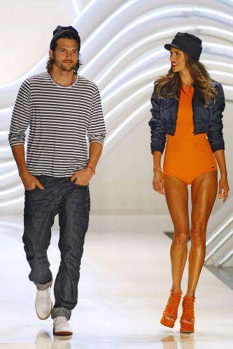 Mais uma vez, as estrelas do desfile foram o ator norte-americano Ashton Kutcher e a top Alessandra Ambrósio.