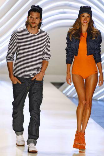 Ashton arriscou uma entrada na passarela e ainda ganhou flerte de Alessandra Ambrósio.
