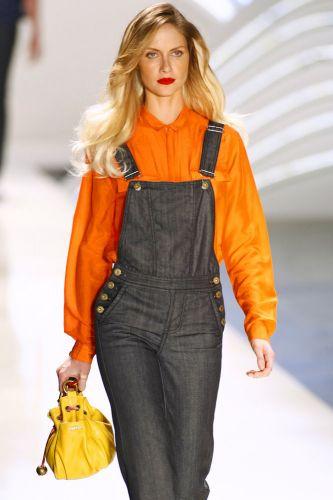 O estilo dos anos 1970 aparece nos cabelos e nas formas das roupas femininas.