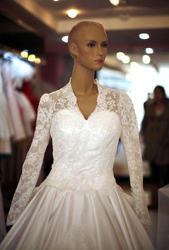 As cópias do vestido de Kate Middleton custam entre R$ 870 (na China) a cerca de R$ 2.000 (na França). Na foto, réplica exposta em manequim num ateliê de moda em Suzhou, na China (05/05/2011)